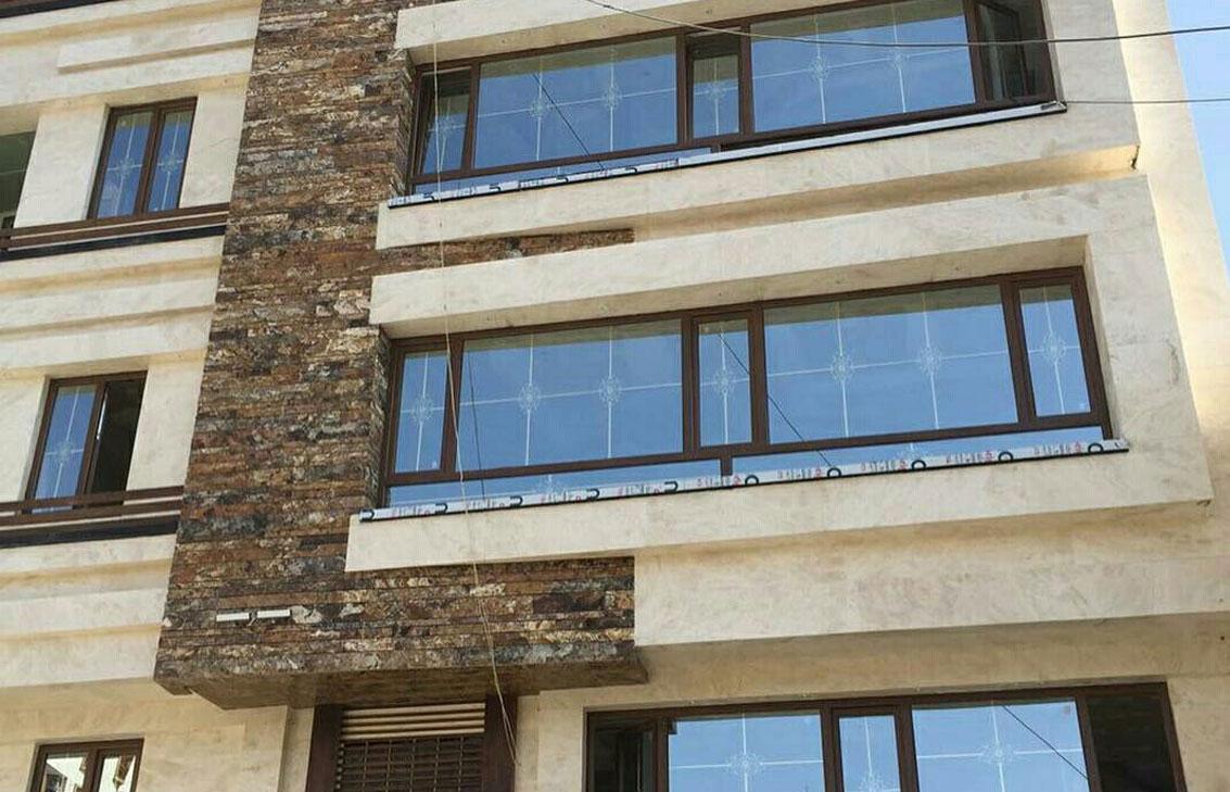 پنجره دو جداره آلومینیومی کار شده در ساختمان
